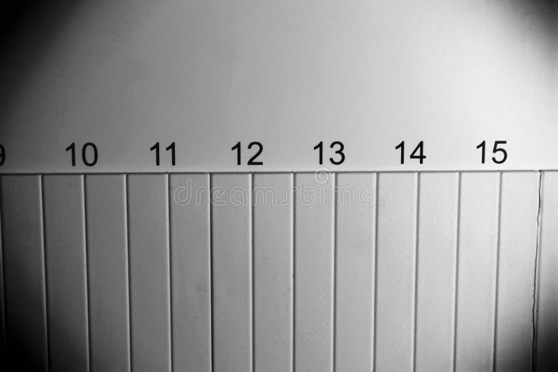 Numeri neri in una fila File verticali al di sotto dei numeri fotografie stock