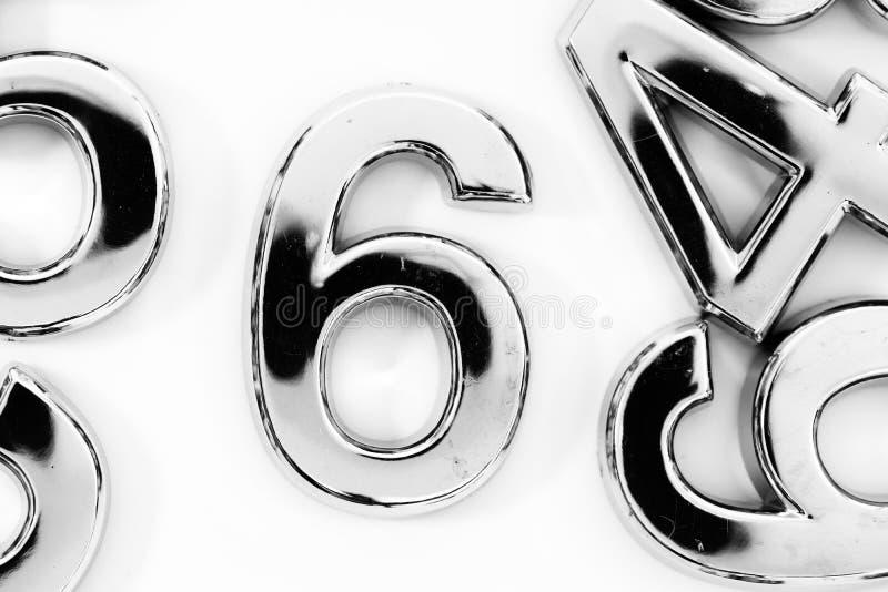 Numeri sparsi d'argento sulla tavola per matematica fotografia stock libera da diritti