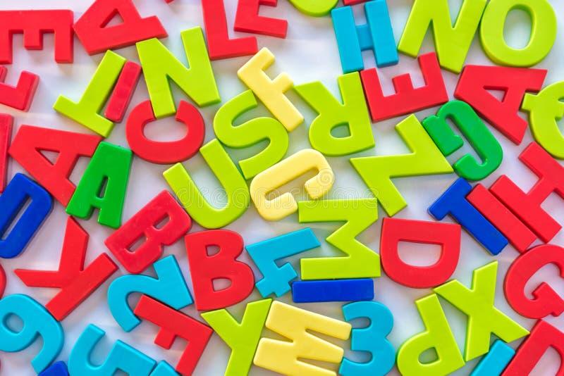 Numeri variopinti e lettere come fondo sull'argomento di apprendimento e di scuola immagini stock libere da diritti