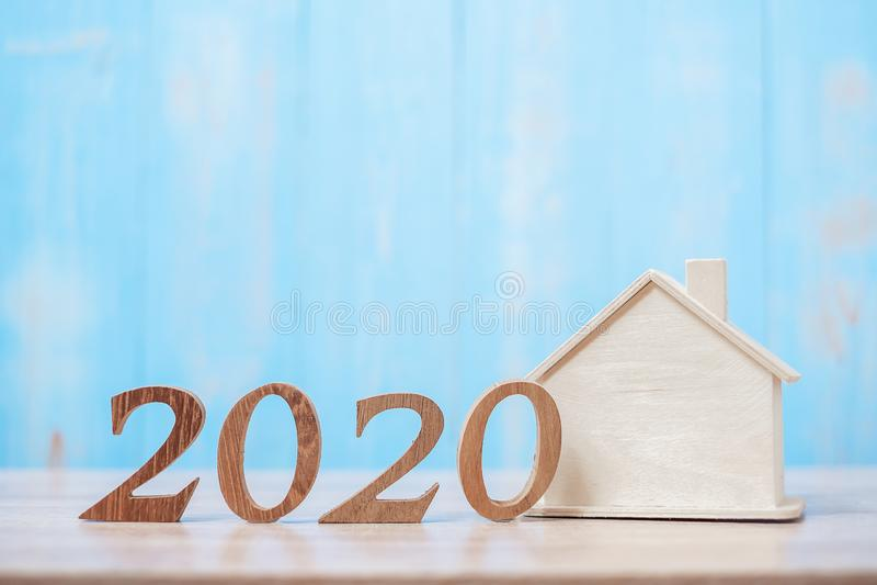 Numero 2020 con modello domestico su fondo di legno Banche, immobili, investimenti, finanza, risparmio e risoluzione del nuovo an fotografia stock