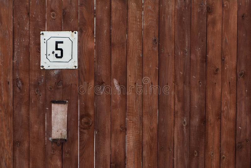 Numero dell'indirizzo stradale con una parete di legno immagini stock libere da diritti
