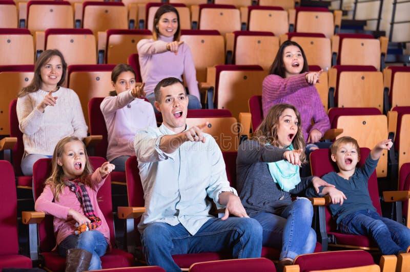 Numero di persone che gode del film emozionante immagini stock libere da diritti
