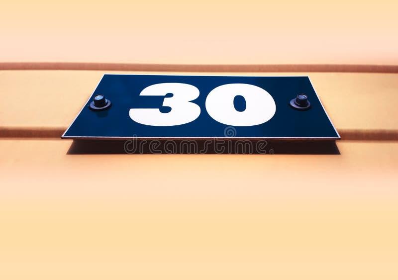 Numero trenta sul fondo del distintivo della via immagini stock