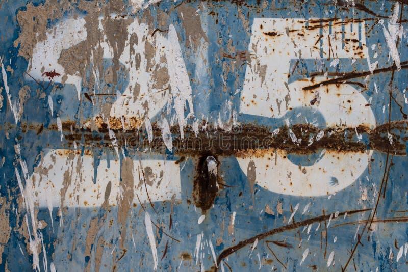Numero venticinque dipinto su metallo blu arrugginito immagine stock libera da diritti