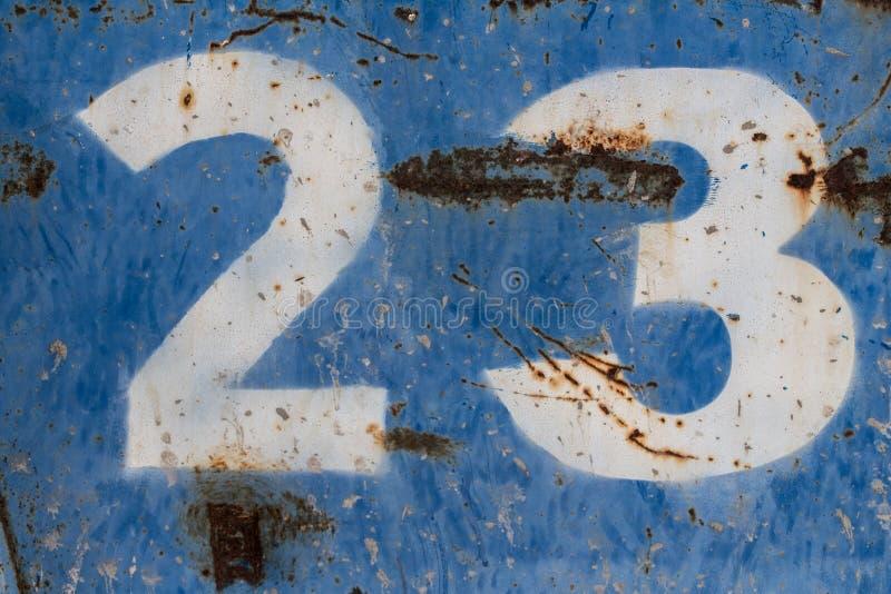 Numero ventitre dipinto su metallo blu arrugginito immagini stock