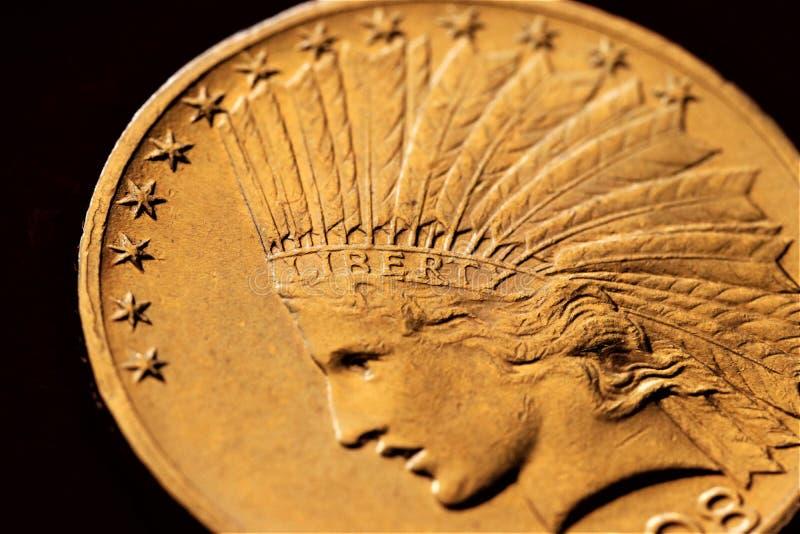 Numismatic на работе показывает некоторые золотые монеты стоковые фотографии rf