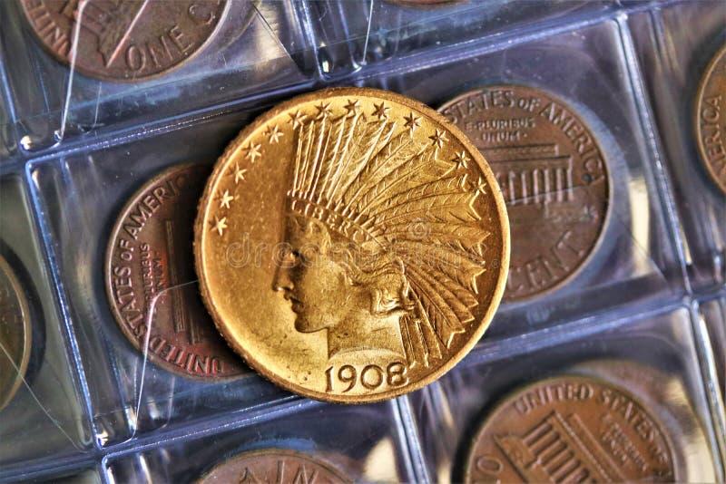 Numismatic на работе показывает некоторые золотые монеты стоковое фото