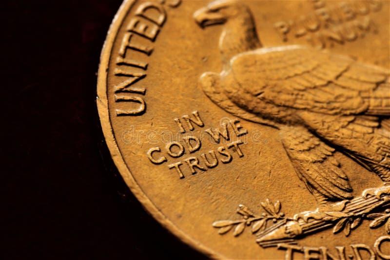 Numismatic на работе показывает некоторые золотые монеты стоковая фотография rf