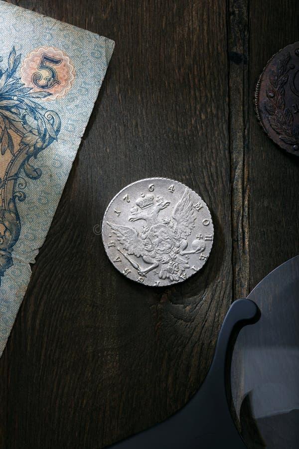numismatics Старые collectible монетки сделанные из серебра и меди на старом деревянном столе стоковые изображения rf