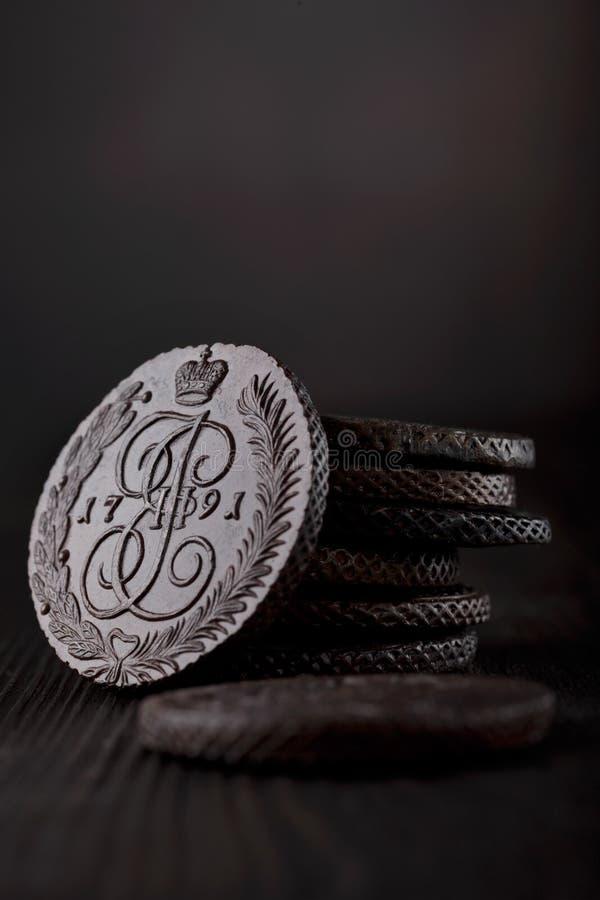 numismatics Monedas cobrables viejas hechas del cobre fotografía de archivo