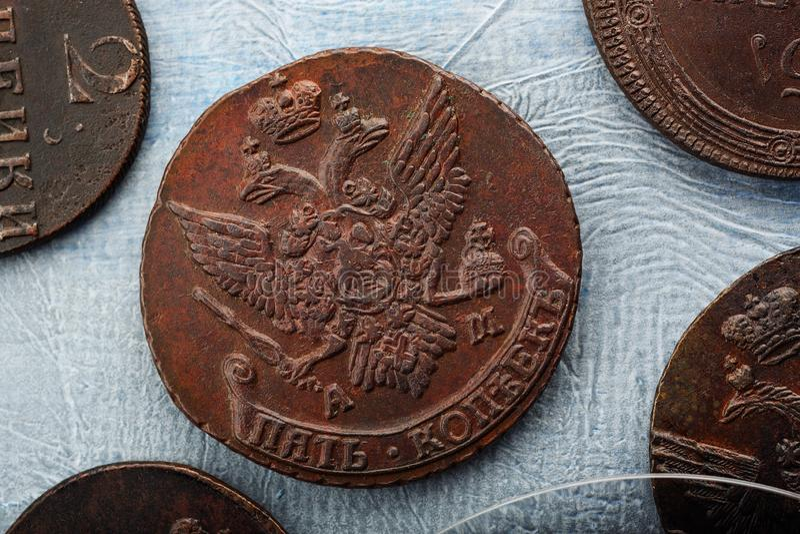 Numismatik mot efterkrav gamla mynt arkivbild