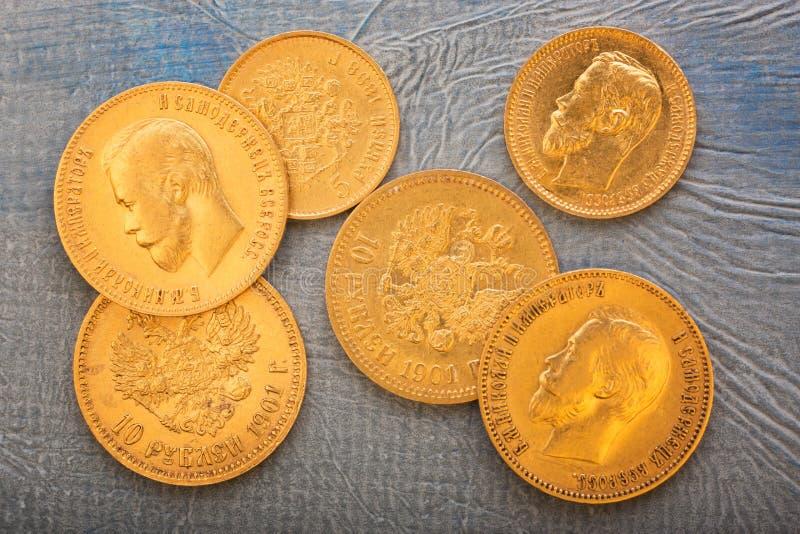 Numismatik mot efterkrav gamla mynt royaltyfri foto
