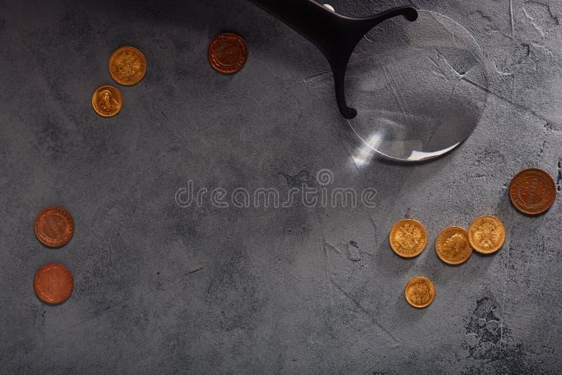 Numismatik mot efterkrav gamla mynt arkivfoto