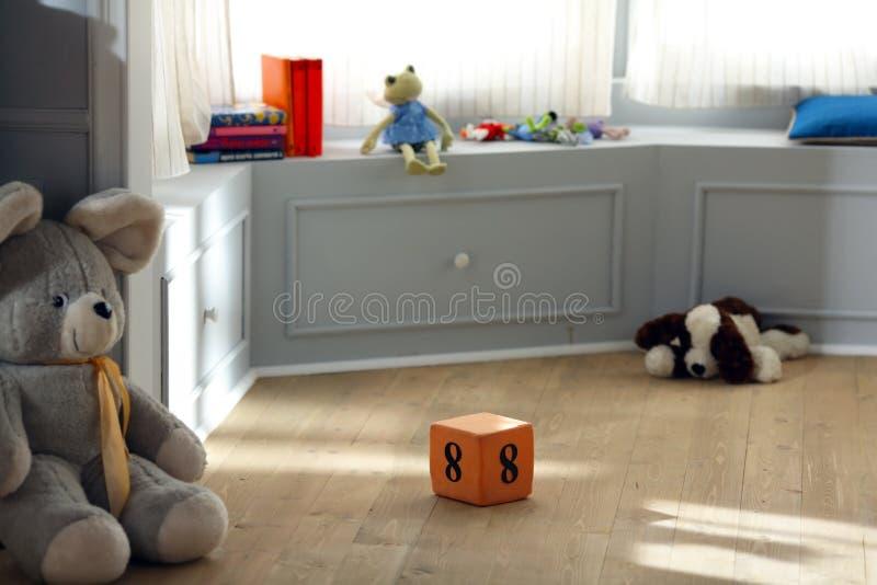 Nummer acht kubusstuk speelgoed in het kinderdagverblijf royalty-vrije stock afbeeldingen