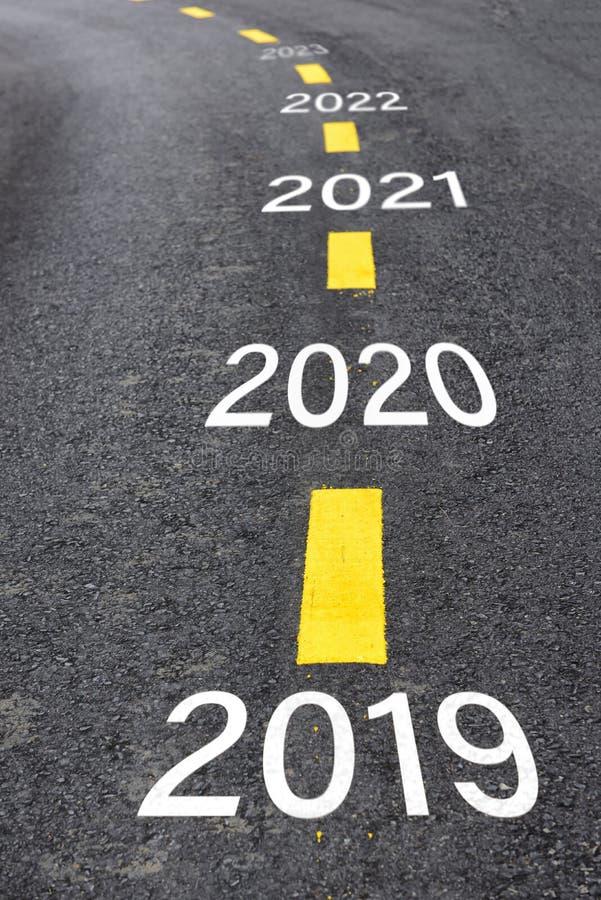 Nummer av 2019 till 2023 på asfaltvägyttersida royaltyfria bilder