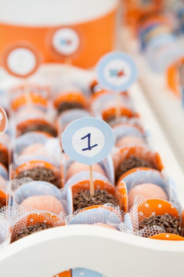 Nummer Eins-Zeichen mit Süßigkeiten lizenzfreies stockbild