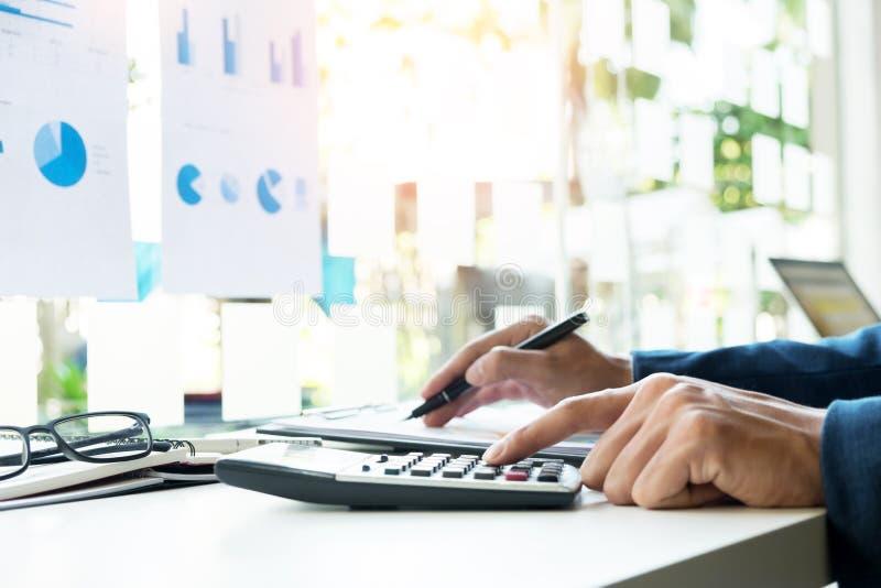 Nummer, fakturor och fi för budget för affärsfinansman beräknande royaltyfri foto