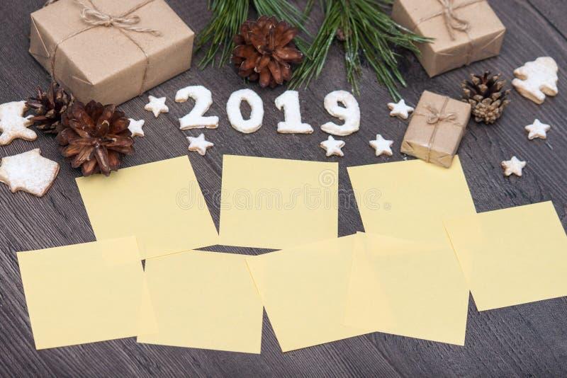 2019 nummer från kakor eller kex med gåvor, gran, sörjer på den trälantliga bakgrunden Nytt år 2019 Top beskådar Lekmanna- lägenh arkivbilder