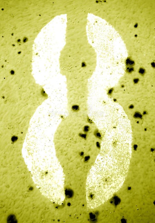 Nummer 8 i stencil på den grungy metallväggen i gul signal royaltyfri foto