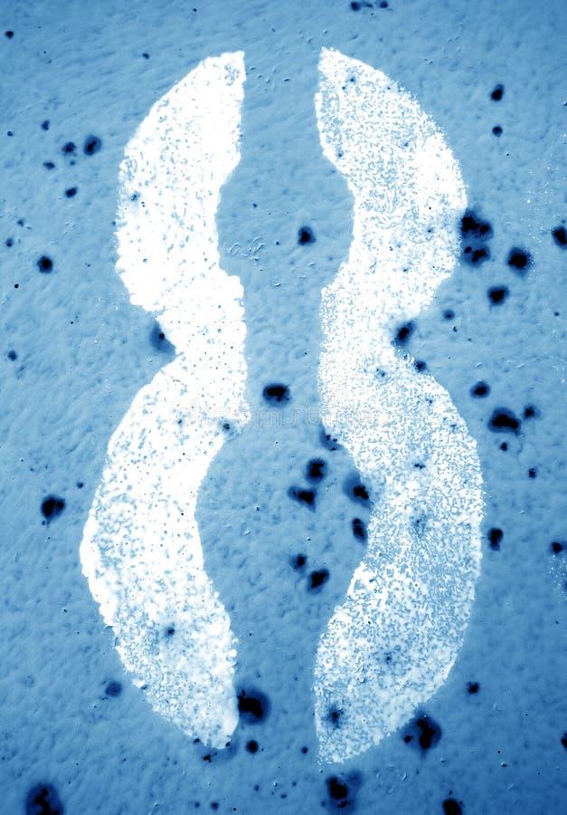 Nummer 8 i stencil på den grungy metallväggen i marinblå signal arkivfoton