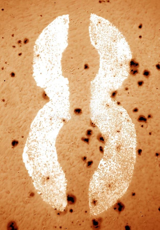Nummer 8 i stencil på den grungy metallväggen i orange signal royaltyfria bilder