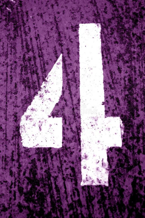 Nummer 4 i stencil p? den grungy metallv?ggen i purpurf?rgad signal fotografering för bildbyråer