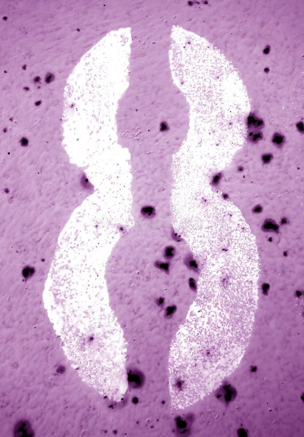 Nummer 8 i stencil p? den grungy metallv?ggen i purpurf?rgad signal arkivfoton