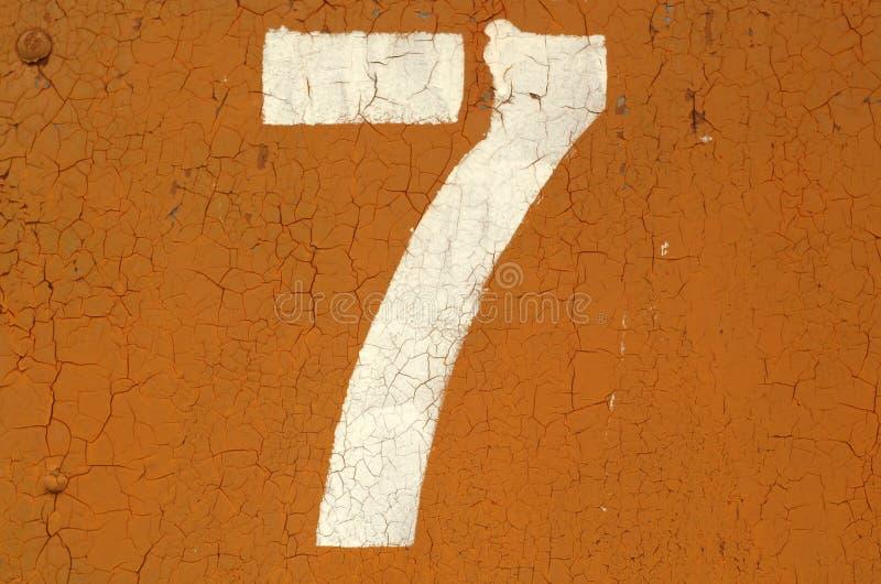Nummer 7 i stencil på metallväggen arkivfoto