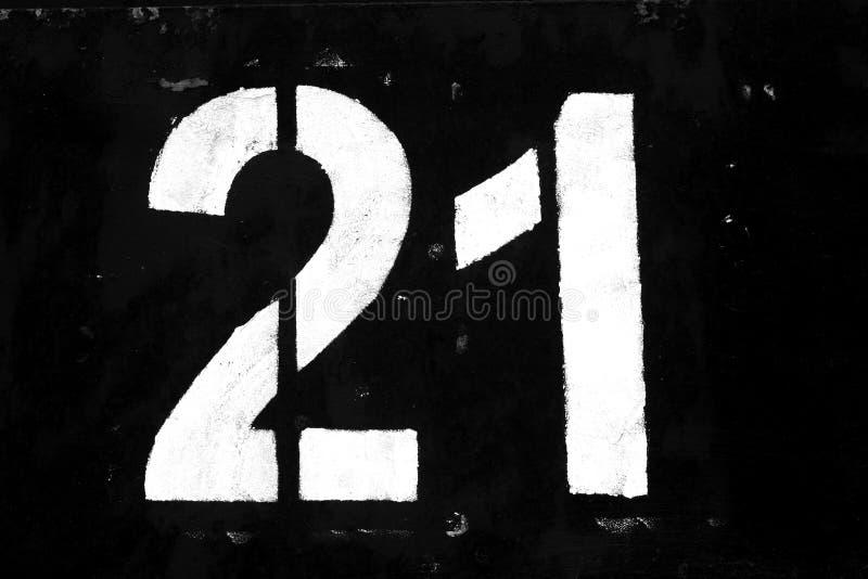 Nummer 21 i stencil på metallväggen i svartvitt royaltyfri foto