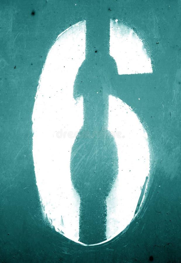 Nummer 6 i stencil p? den grungy metallv?ggen i cyan signal fotografering för bildbyråer