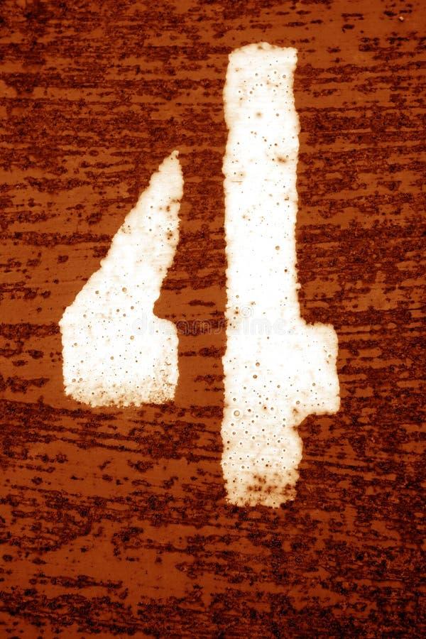 Nummer 4 i stencil p? den grungy metallv?ggen i orange signal arkivbilder