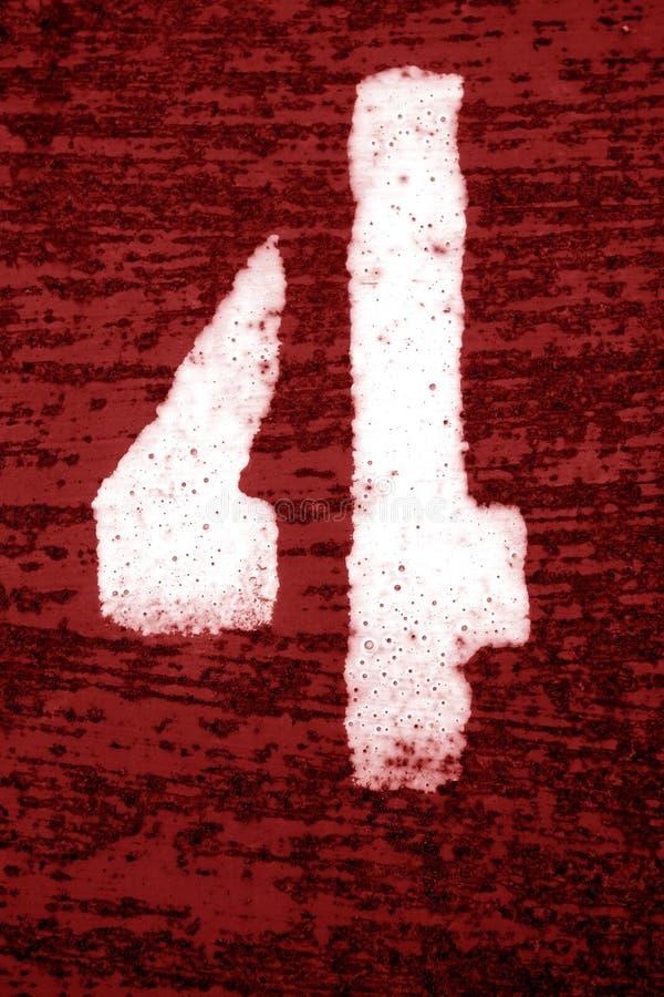 Nummer 4 i stencil p? den grungy metallv?ggen i r?d signal royaltyfri bild
