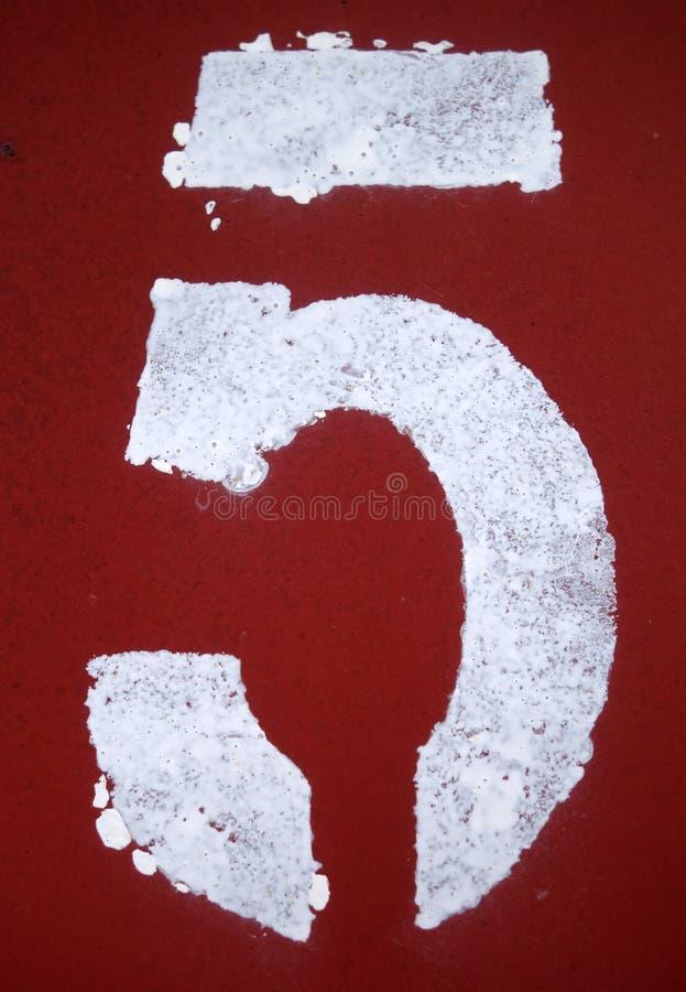 Nummer 5 i stencil p? metallv?ggen arkivfoto