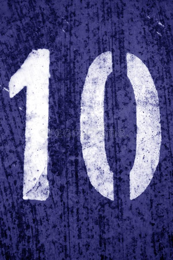 Nummer 10 i stencil p? metallv?ggen i bl? signal royaltyfri foto