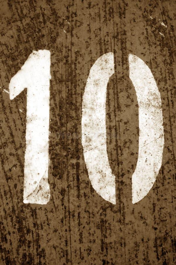 Nummer 10 i stencil p? metallv?ggen i brun signal royaltyfri foto