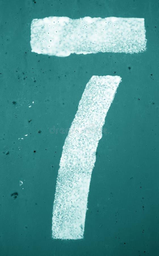 Nummer 7 i stencil p? metallv?ggen i cyan signal royaltyfri foto