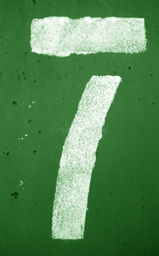 Nummer 7 i stencil p? metallv?ggen i gr?n signal arkivfoto