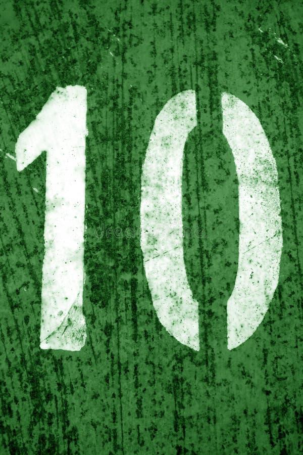 Nummer 10 i stencil p? metallv?ggen i gr?n signal royaltyfri fotografi
