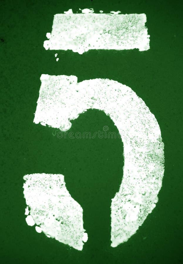 Nummer 5 i stencil p? metallv?ggen i gr?n signal arkivfoton