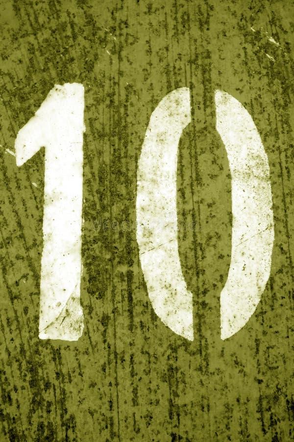 Nummer 10 i stencil p? metallv?ggen i gul signal royaltyfri bild