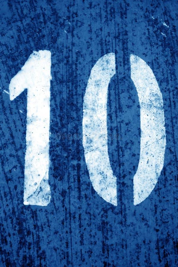 Nummer 10 i stencil p? metallv?ggen i marinbl? signal royaltyfri fotografi