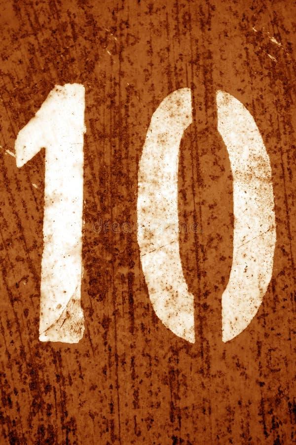 Nummer 10 i stencil p? metallv?ggen i orange signal arkivfoto