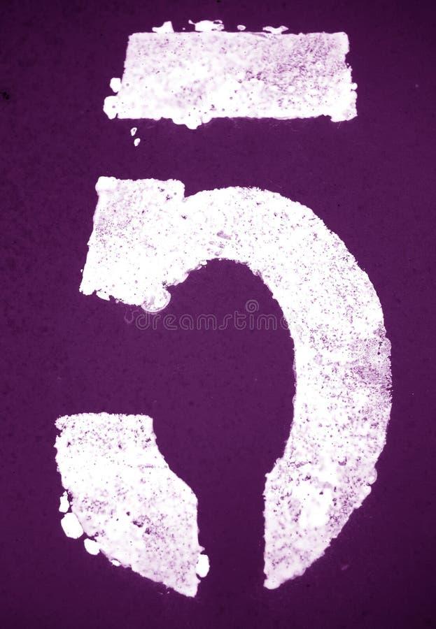 Nummer 5 i stencil p? metallv?ggen i purpurf?rgad signal arkivfoto