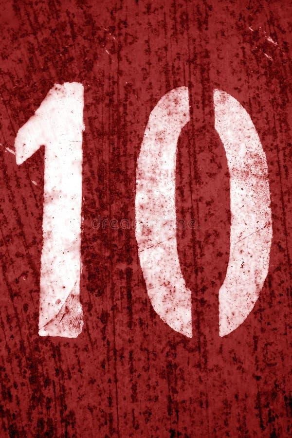Nummer 10 i stencil p? metallv?ggen i r?d signal arkivbild