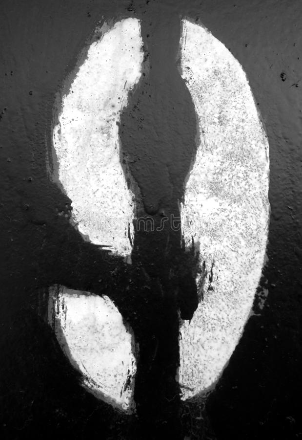 Nummer 9 i stencil p? metallv?ggen i svartvitt royaltyfri fotografi