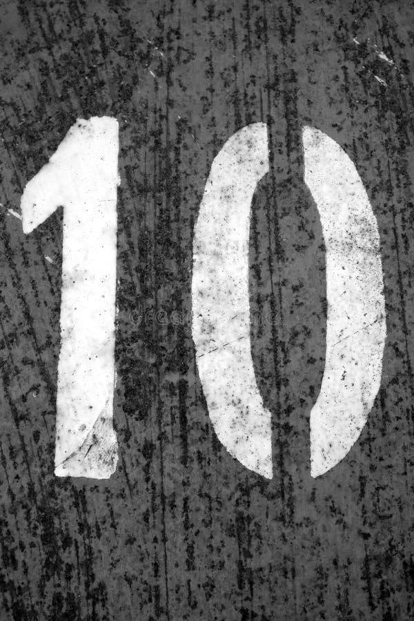 Nummer 10 i stencil p? metallv?ggen i svartvitt royaltyfria foton