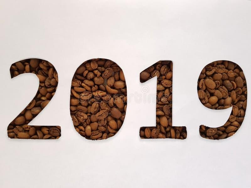 nummer 2019 met geroosterde koffiebonen en witte achtergrond, ontwerp voor nieuwe jaarviering stock afbeelding