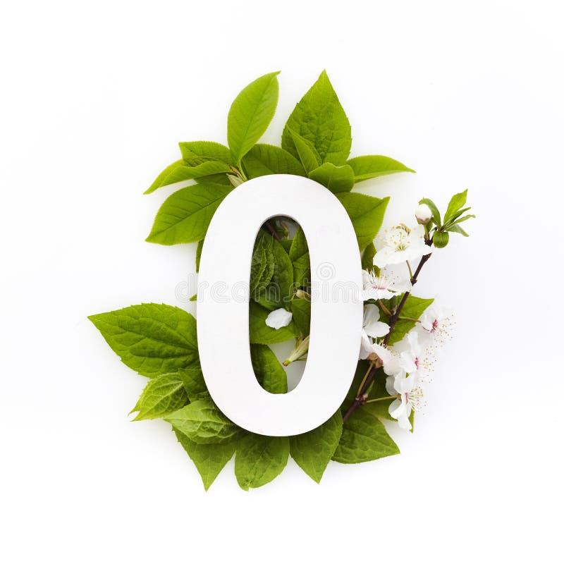 Nummer noll med gröna blad Minimalt sommarkoncept Plattlägg arkivbild