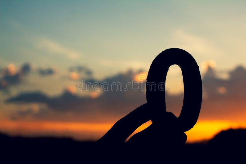 Nummer noll, teckensymbol av trätext på aftonnatursolnedgången, härligt moln royaltyfri bild