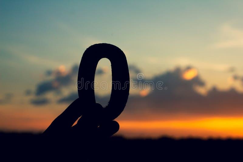 Nummer noll, teckensymbol av trätext på aftonnatursolnedgången, härligt moln royaltyfri fotografi